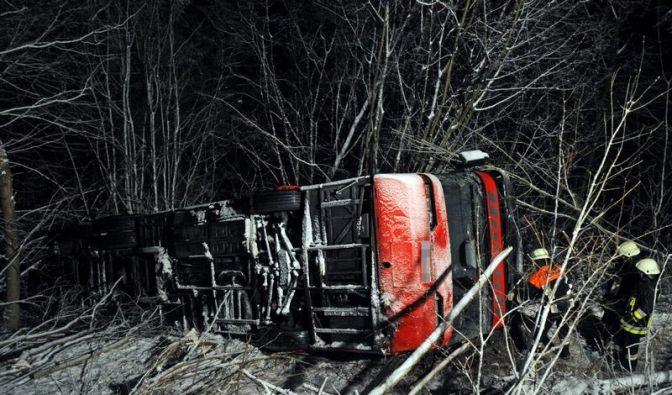 15 Verletzte bei Busunfall auf glatter Straße (Foto)