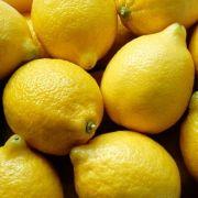 Zitronen enthalten bis zu 55 Milligramm Vitamin C auf 100 Gramm Frucht.