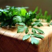 Petersilie ist mehr als nur schmuckvolle Verzierung auf Salaten.