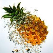 In 100 Gramm Ananas sind zwar nur 20 Milligramm Vitamin C enthalten, dafür ist die Frucht reich an Mineralien und Spurenelementen wie Calcium, Kalium, Magnesium, Eisen, Jod und Zink.