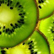 Mit einer großen Kiwi kann der tägliche Bedarf an Vitamin C bereits gedeckt werden.