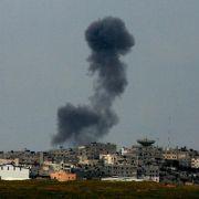 Nach einem israelischen Luftangriff auf den Gazastreifen steigt Rauch auf.