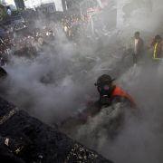 Die Zerstörung im Blick: Nach einem Luftangriff löschen palästinensische Rettungskräfte ein brennendes Haus.