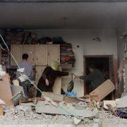 Eine palästinensische Familie inspiziert nach einem Luftangriff ihre zerstörte Wohnung.