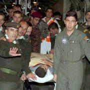 Jordanische Soldaten tragen einen Palästinenser auf einer Bahre. Acht Verwundete durften den Gazastreifen verlassen.