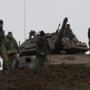 Israelische Soldaten warten an der Grenze zum Gazastreifen auf ihren Einsatz.