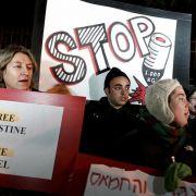 Israelische Aktivisten protestieren vor der Residenz von Ministerpräsident Ehud Olmert gegen die Angriffe.