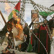 Demonstration hinter Stacheldraht: Palästinensische Frauen protestieren gegen die israelischen Militärschläge.