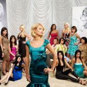 Paris Hilton posiert gekonnt vor den Kandidatinnen.