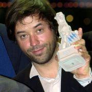 Den Durchbruch schaffe Jan Josef Liefers 1996 mit der Filmkomödie Rossini. Für die Rolle des Bodo Kriegnitz erhielt der damals 36-Jährige den Bayerischen Filmpreis für Nachwuchsschauspieler.