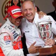 Ein Bild aus vergangenen Tagen: Lewis Hamilton (l). und der scheidende Teamchef Ron Dennis.
