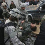Ein verletzter US-Soldat wird von seinen Kameraden abtransportiert.