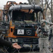 US-Soldaten patroullieren vor dem ausgebrannten Tanklastwagen.
