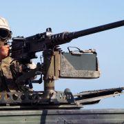 Ein amerikanischer Marine Soldat steht in Dschibuti an einem Maschinengewehr vom Kaliber 50 Millimeter.