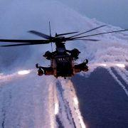 Ein MH-53J Helikopter der US-Airforce verschiesst waehrend einer Nachtuebung Taeuschkoerper.