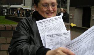 Elisabeth Müller verteilt Flugblätter für das Zwischengeschlecht. (Foto)