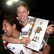 Steffi Jones und Petra Wimbersky freuen sich über den Sieg beim Algarve Cup.