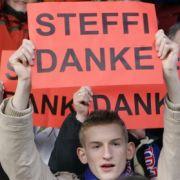 Mit Dankes-Schildern verabschieden sich die Zuschauer im Dezember 2007 von FFC-Frankfurt-Spielerin Steffi Jones.