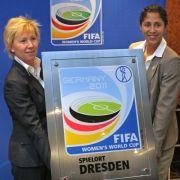 Dresdens Oberbürgermeisterin Helma Orosz (l) erhält im November 2008 im Dresdner Rathaus die offizielle Spielort-Plakette für die Fifa-Frauen-WM 2011 aus den Händen von Steffi Jones, Präsidentin des Organisationskomitees.