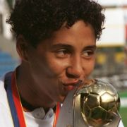Fussball-Nationalspielerin Steffi Jones küsst den Europameisterschaftspokal.
