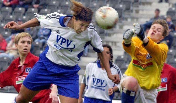 Steffi Jones vom 1. FFC Frankfurt köpft den Ball auf das Tor von Claudia van Lanken (r) vom Hamburger SV.