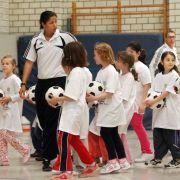 Zur Auftaktveranstaltung des Projekts 20.000 plus im April 2008 trainiert Steffi Jones mit Schülern einer Grundschule in Duisburg.