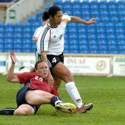 Auf dem Rasen wusste sich Steffi Jones stets durchzusetzen, wie hier im Finale beim Algarve Cup 2006 gegen die US-Amerikanerin Abby Ambach.