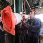 Lautstark protestiert ein Atomkraftgegner bei einer Besetzung des Schachtgebäudes im Mai.