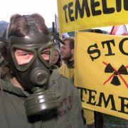 Ein Demonstrant mit ABC-Schutzmaske protestiert gegen das tschechische Atomkraftwerk Temelin. Jetzt soll der umstrittene Meiler um zwei Reaktoren erweitert werden.