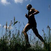 Besonders Ausdauersportarten wie Joggen oder Walken eignen sich für die aktiven Frühaufsteher.