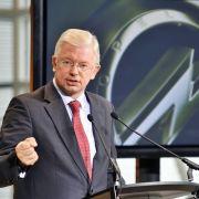 Die Pose sitzt: Hessens Ministerpräsident Roland Koch (CDU), der artig für die Beschäftigten am Stammsitz Rüsselsheim trommelt.
