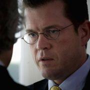 Wirtschaftsminister Karl-Theodor zu Guttenberg (CSU) gibt den Kümmerer, hält sich jedoch alle Optionen offen.