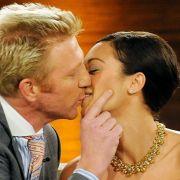 Boris Becker und Lilly Kerssenberg küssen sich auf der Wetten, dass..?-Couch.