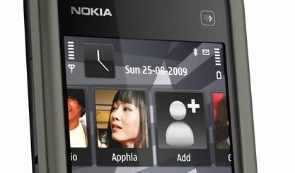 Nokia greift das iPhone von unten an - mit einem 3,2 Zoll großen Touchscreen auf dem Nokia 5230. Zwar ist das Gehäuse weniger wertig, dafür kostet das Gerät jedoch nur einen Bruchteil der teuren Konkurrenten.