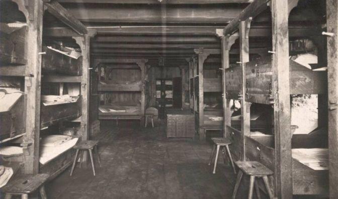 So sah 1915 der Jungenschlafsaal der ersten Jugendherberge in Altena aus. Die Stockbetten waren damals nicht nur doppelt, sondern dreifach.