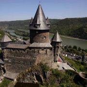 Eine Burg aus dem Hochmittelalter, direkt am Rhein, mit Blick auf die Lorelei.