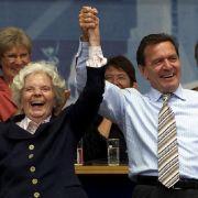 Hedi Kabel unterstützt Gerhard Schröder.