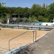Eins der beiden Becken ist mit Sand gefüllt und zum Beachvolleyballfeld geworden.