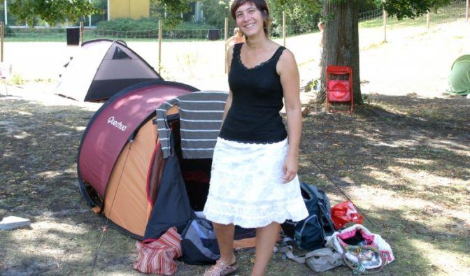 Noemie kommt aus Straßburg in Nordfrankreich. An der Tentstation schätzt sie neben der zentralen Lage auch den Preis von 11 Euro pro Person und Übernachtungung.