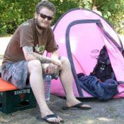 Darrell und Evan aus Irland campen drei Tage lang auf der Tentstation mitten in Berlin.
