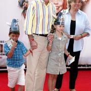 Der ehemalige Fußballspieler Paul Breitner, seine Ehefrau Hildegard und die Enkel Louis und Lea