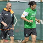 Claudio Pizarro (r.) ist bei Werder Bremen immer gern gesehen. Dreimal spielte er schon für die Hanseaten. Nachdem er im vergangenen Jahr von Chelsea ausgeliehen war, holte ihn Thomas Schaaf (l.) für 5 Millionen Euro.