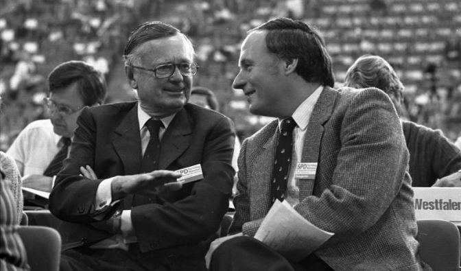 Lafontaine mit Karl Schiller, SPD-Parteitag im April 1982.
