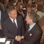 Oskar Lafontaine am 23. Februar 1990 mit Ibrahim Böhme auf dem Parteitag der ostdeutschen SPD.
