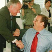 Lafontaine und Schröder bei SPD-Präsidium. Der SPD-Vositzende Oskar Lafontaine begrüßt im Berliner Willy-Brandt-Haus den niedersächsischen Ministerpräsidenten Gerhard Schröder.