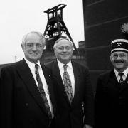 Rau-Jubiläum: Zu seinem 20-jährigen Dienstjubiläum als Landesvorsitzender der SPD-NRW wurde NRW-Ministerpräsident Johannes Rau gemeinsam mit seiner Frau Christina und dem SPD-Vorsitzenden Oskar Lafontaine am 25. Juni 1997 vor der Zeche Zollverein in Essen