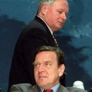 Der wiedergewählte SPD-Vorsitzende Oskar Lafontaine, der auf dem Bundesparteitag der Sozialdemokraten in Hannover am 2. September 1997 hinter dem niedersächsischen Ministerpräsidenten Gerhard Schröder vorbei geht.