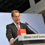 Die Regierungszeit von Frau Merkel ist zu Ende. SPD-Chef Franz Müntefering zeigt sich selbstbewusst, obwohl die Sozialdemokraten nirgendwo mehr als 25 Prozent geschafft haben.
