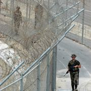 Spanische Sicherheitsleute patrouillieren am doppelten Grenzzaun von Ceuta.