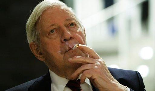 Der wohl berühmteste Raucher Deutschlands: Helmut Schmidt verzichtet nicht einmal bei Fernsehinterviews auf das Rauchen. (Foto)